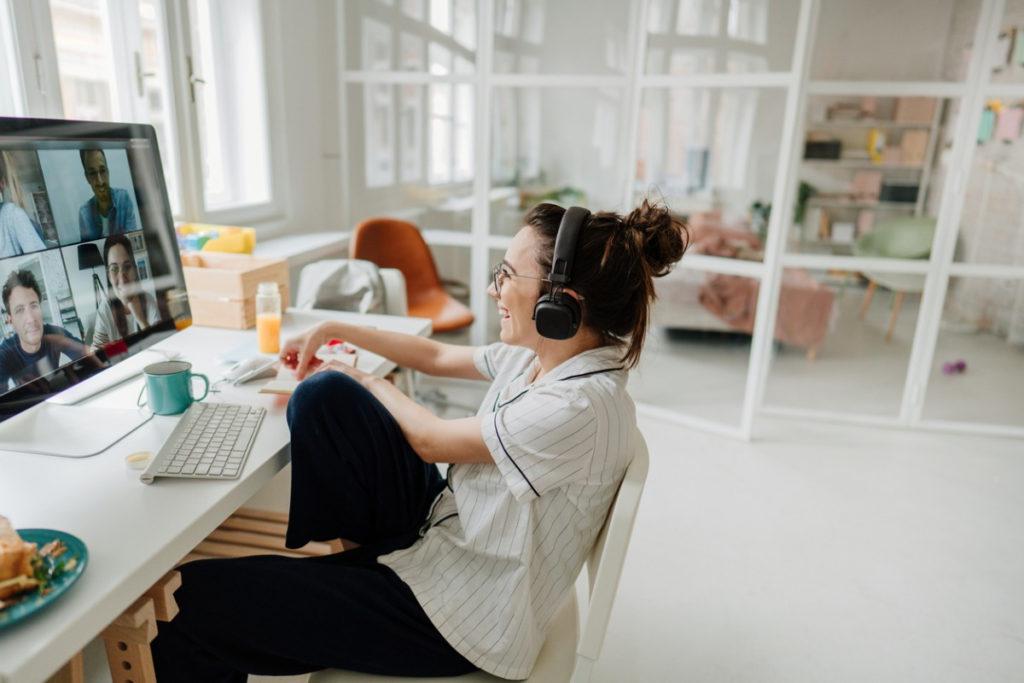 femme devant écran en visioconference